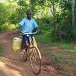 en heldig dreng cykler efter vand